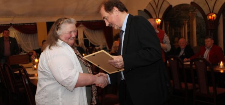 Erika Frühling erhält die silberne Ehrennadel des Kreissportbundes Leer